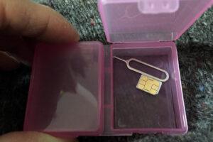 ピルケースに入れたSIM取り外し治具とSIMカード
